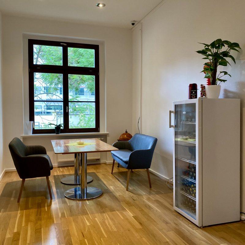 Sitzecke und Getränkekühlschrank